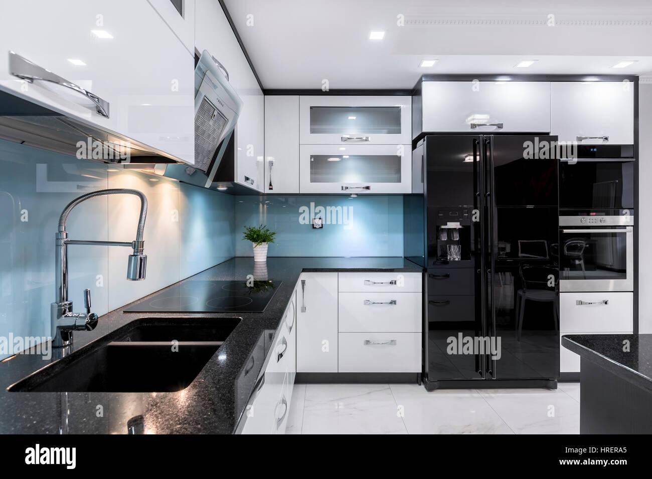 Moderno ed elegante con cucina in bianco e nero di mobili ...