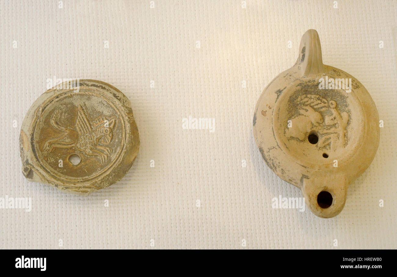 Epoca romana. Alto Impero. Olio di terracotta con lampada. Disco centrale decorato con bassorilievi. Spagna.n. Museo Immagini Stock