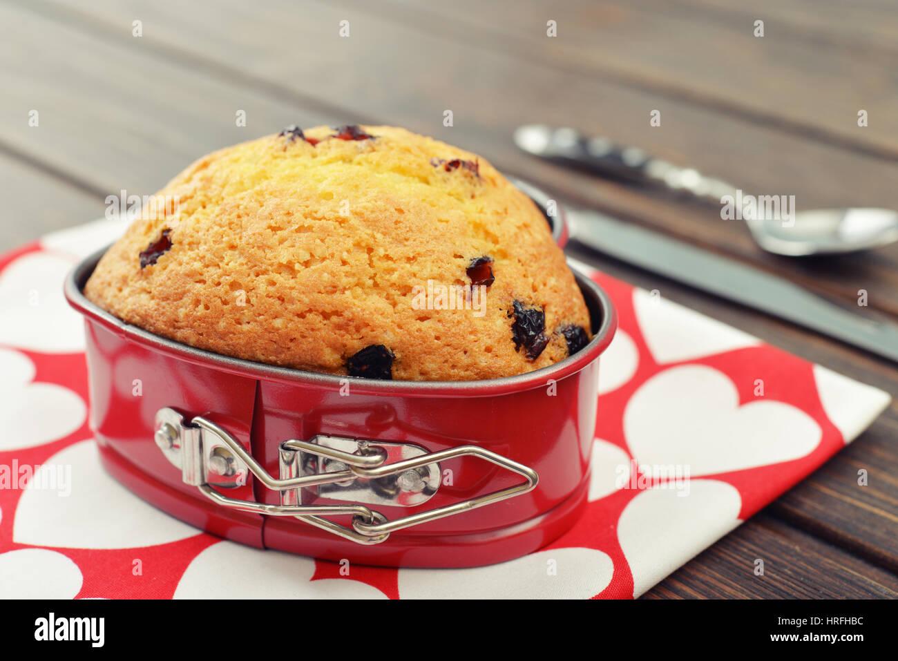 Appena sfornato muffin mirtillo rosso a forma di cuore. Immagini Stock
