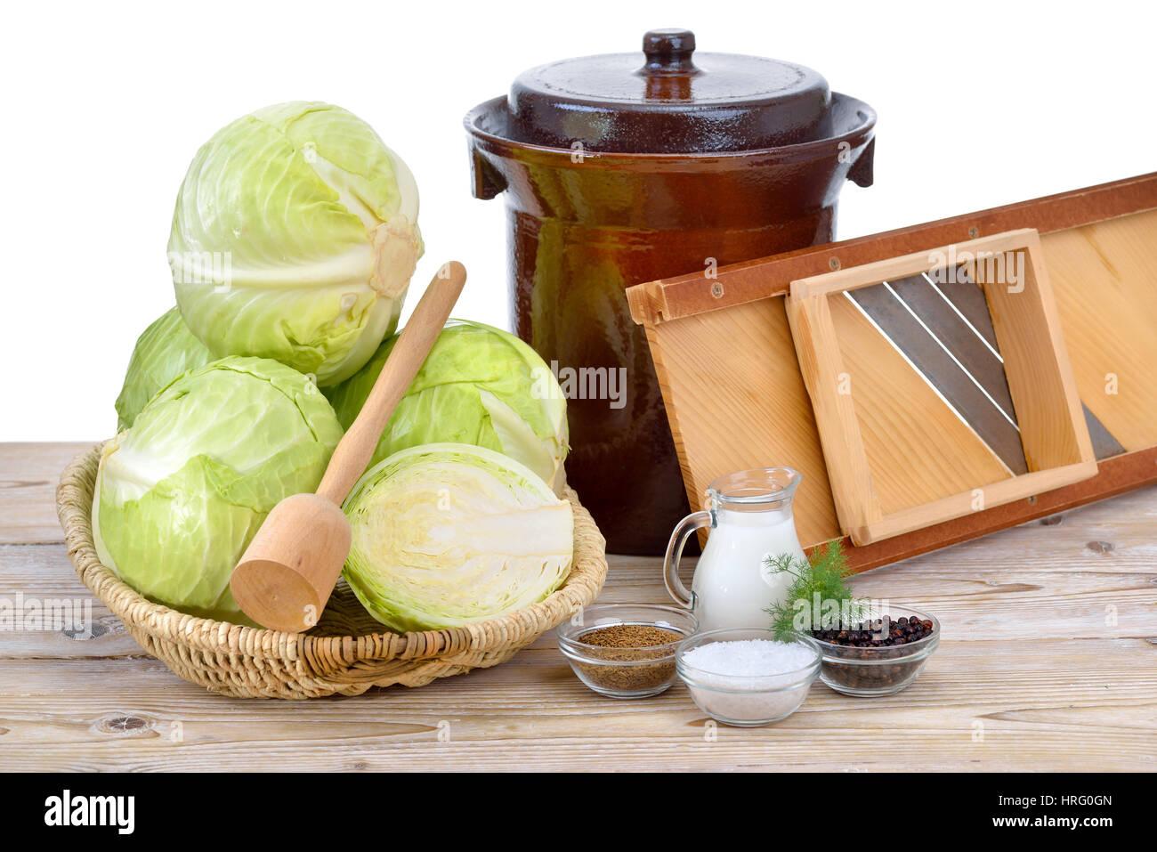 Fermentazione degli alimenti, la preparazione per la realizzazione di crauti: cavolo bianco, i semi di cumino e Immagini Stock