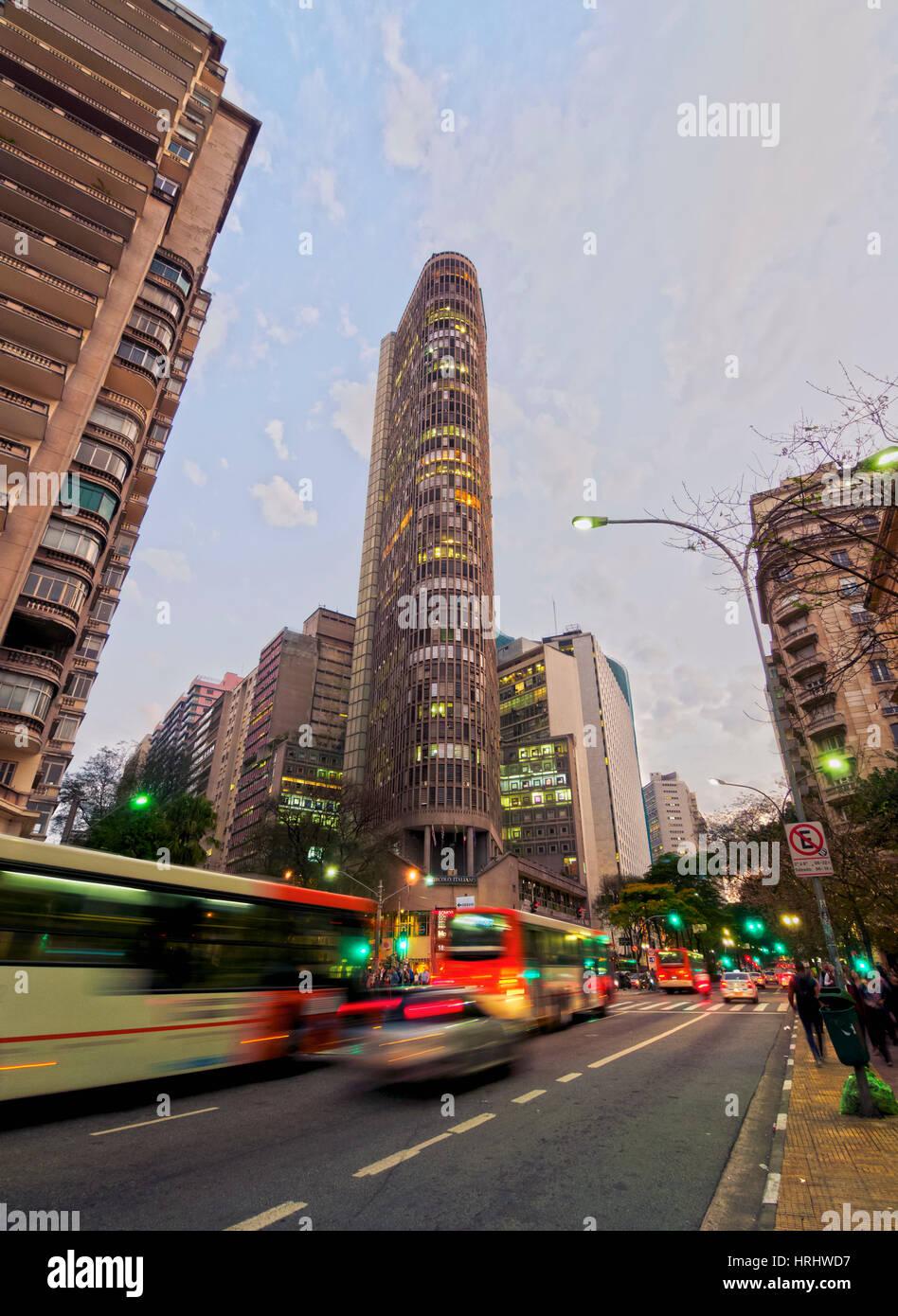 Vista crepuscolo di Ipiranga Avenue e l'Edificio Italia, città di Sao Paulo, Stato di Sao Paulo, Brasile Immagini Stock