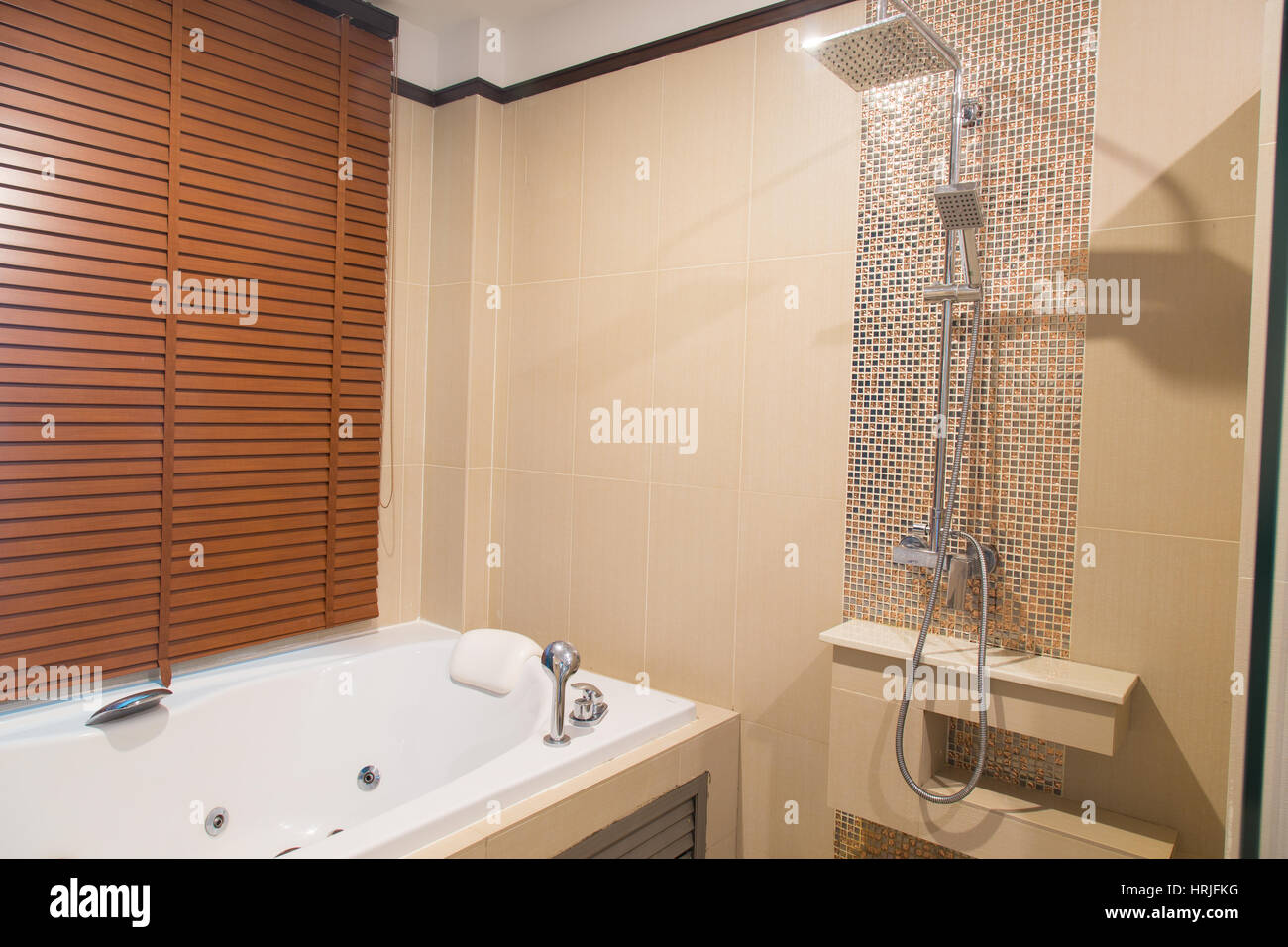 Moderno bagno interno con tonalità arancione foto immagine stock