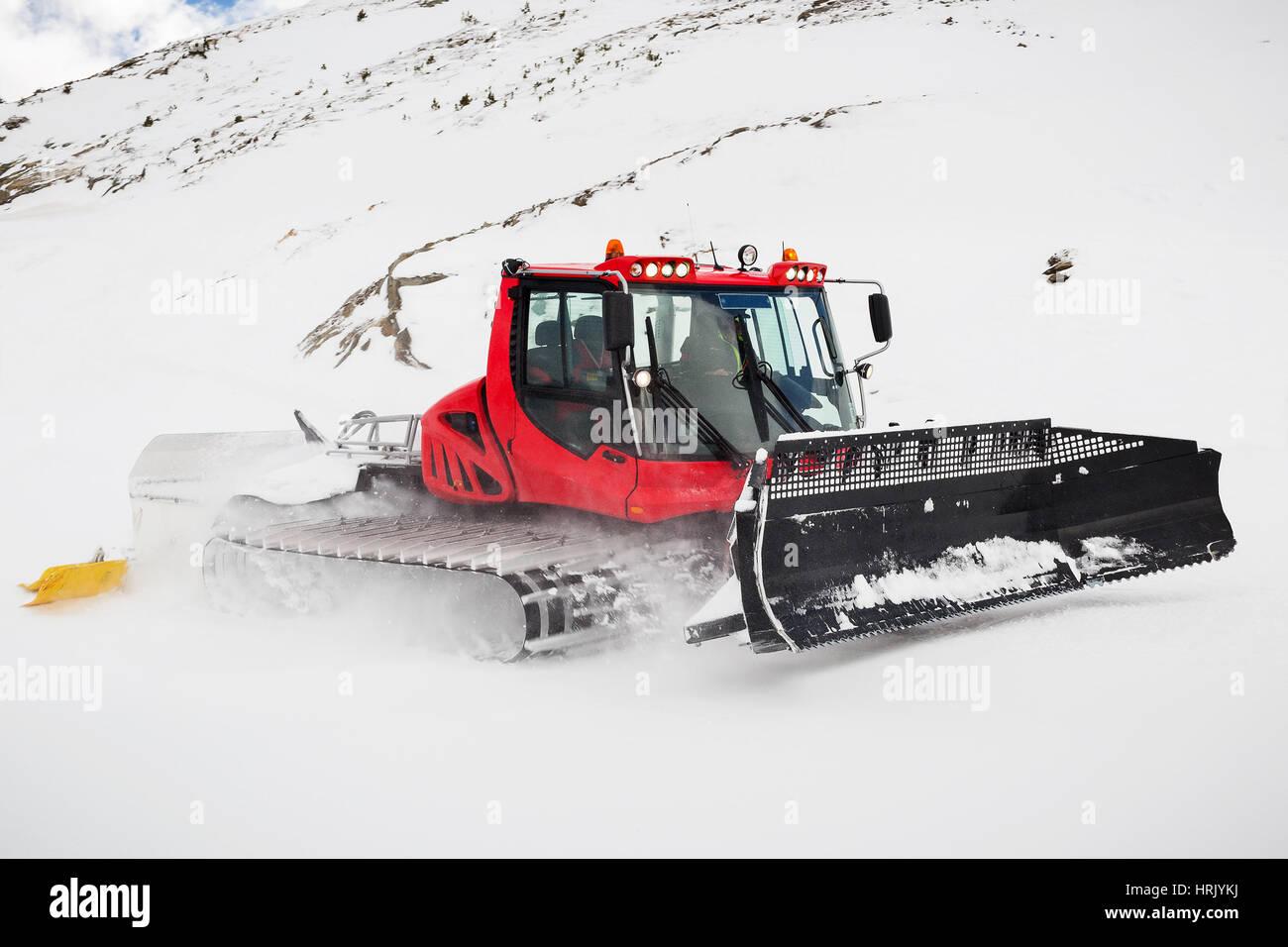Un Snow Plough toelettatura piste a Obergurgl in Austria. Motion Blur per il veloce movimento di cingoli. Immagini Stock