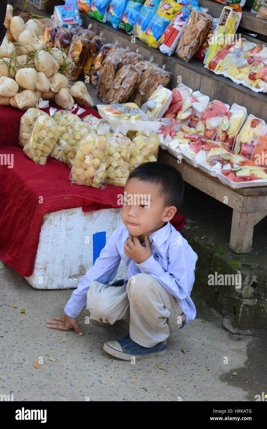 Little Boy di stallo di mercato, Cambogia Immagini Stock