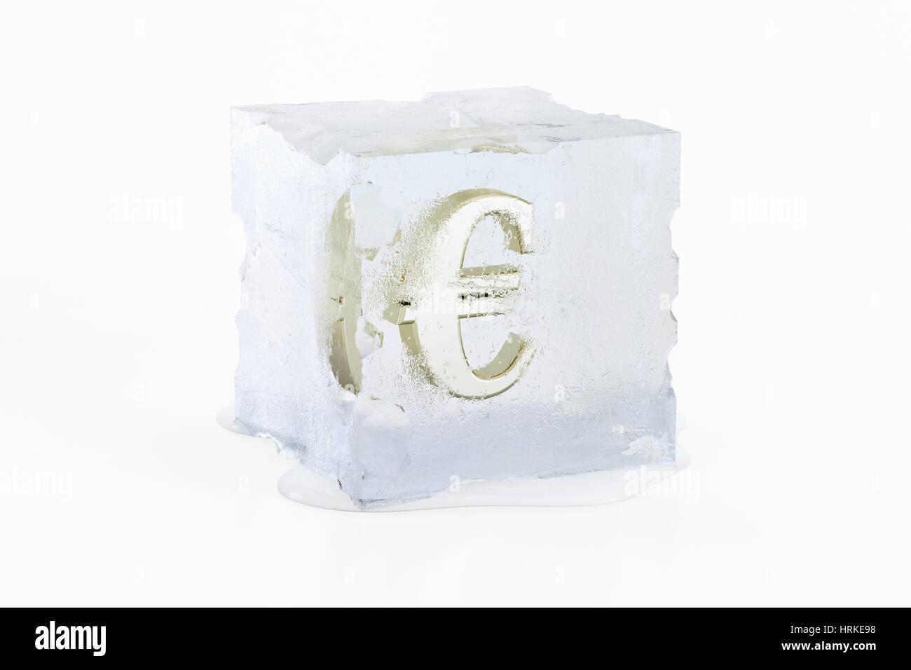 Golden simbolo Euro congelati in una fusione lentamente il cubo di ghiaccio Immagini Stock