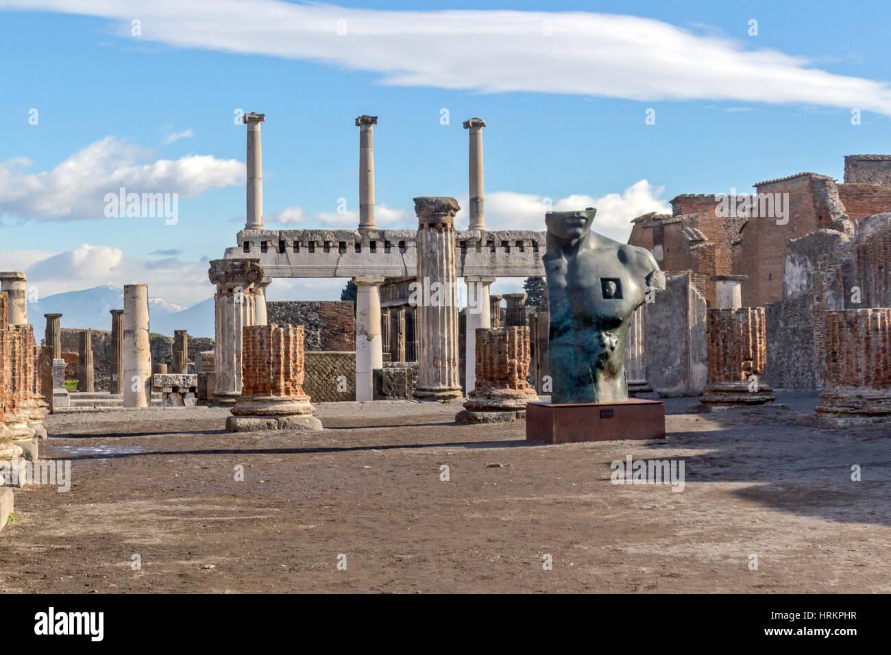 Una vista di antiche rovine nella città di Pompei, Italia. Immagini Stock