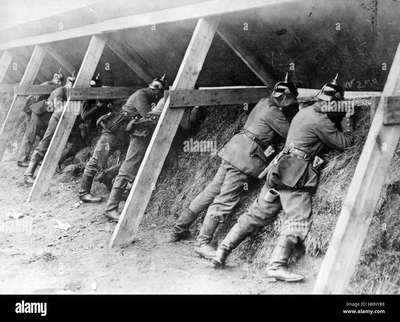 La prima guerra mondiale, i soldati tedeschi in trincea, Fronte occidentale Immagini Stock