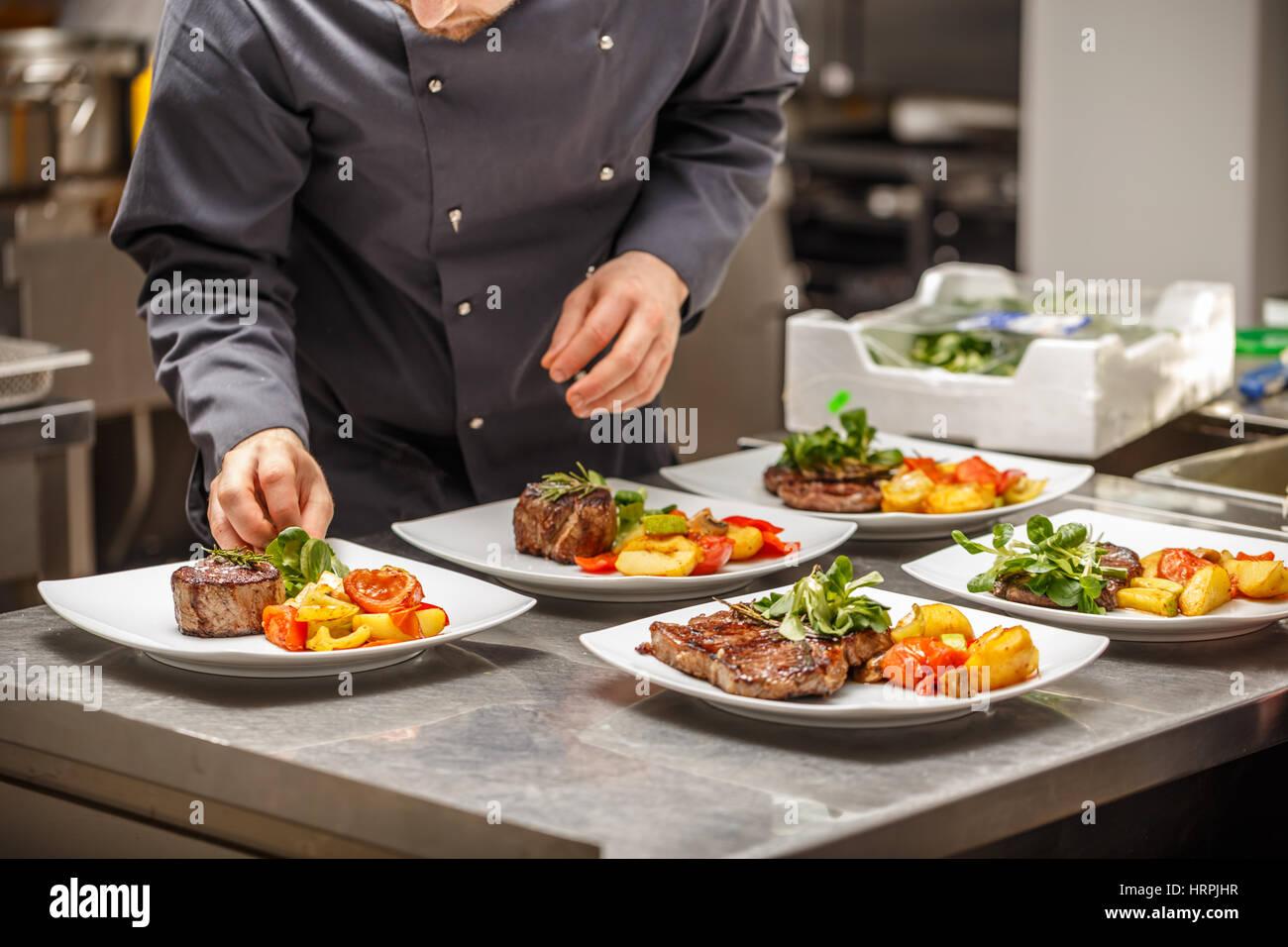 Lo chef è la decorazione di delizioso piatto sul ristorante cucina ...