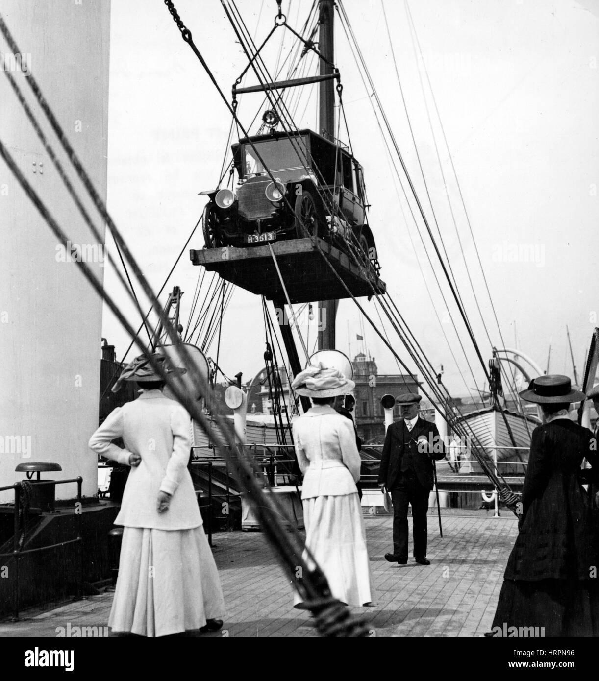Mercedes essendo caricati sulla nave a circa 1910 Immagini Stock