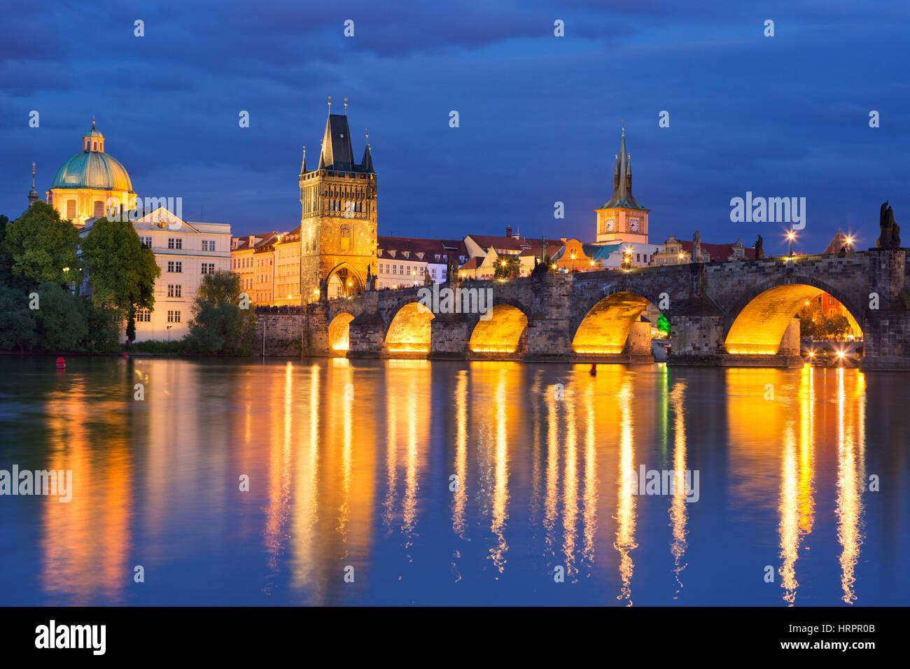 Il Ponte Carlo sul fiume Moldava a Praga Repubblica Ceca fotografati a notte. Immagini Stock