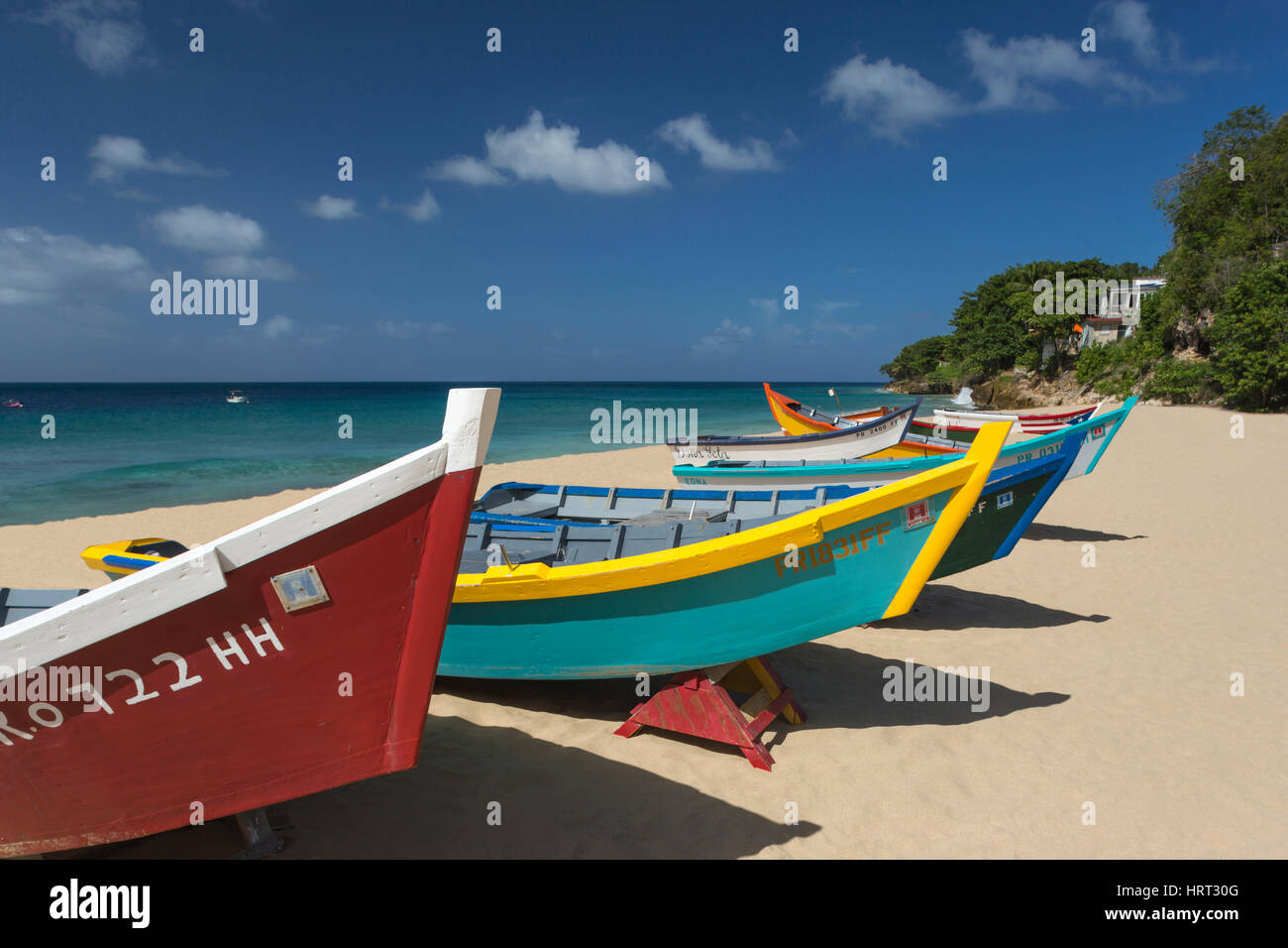 Fila di dipinto luminosamente YOLA barche da pesca barca CRASH BEACH AGUADILLA PUERTO RICO Immagini Stock