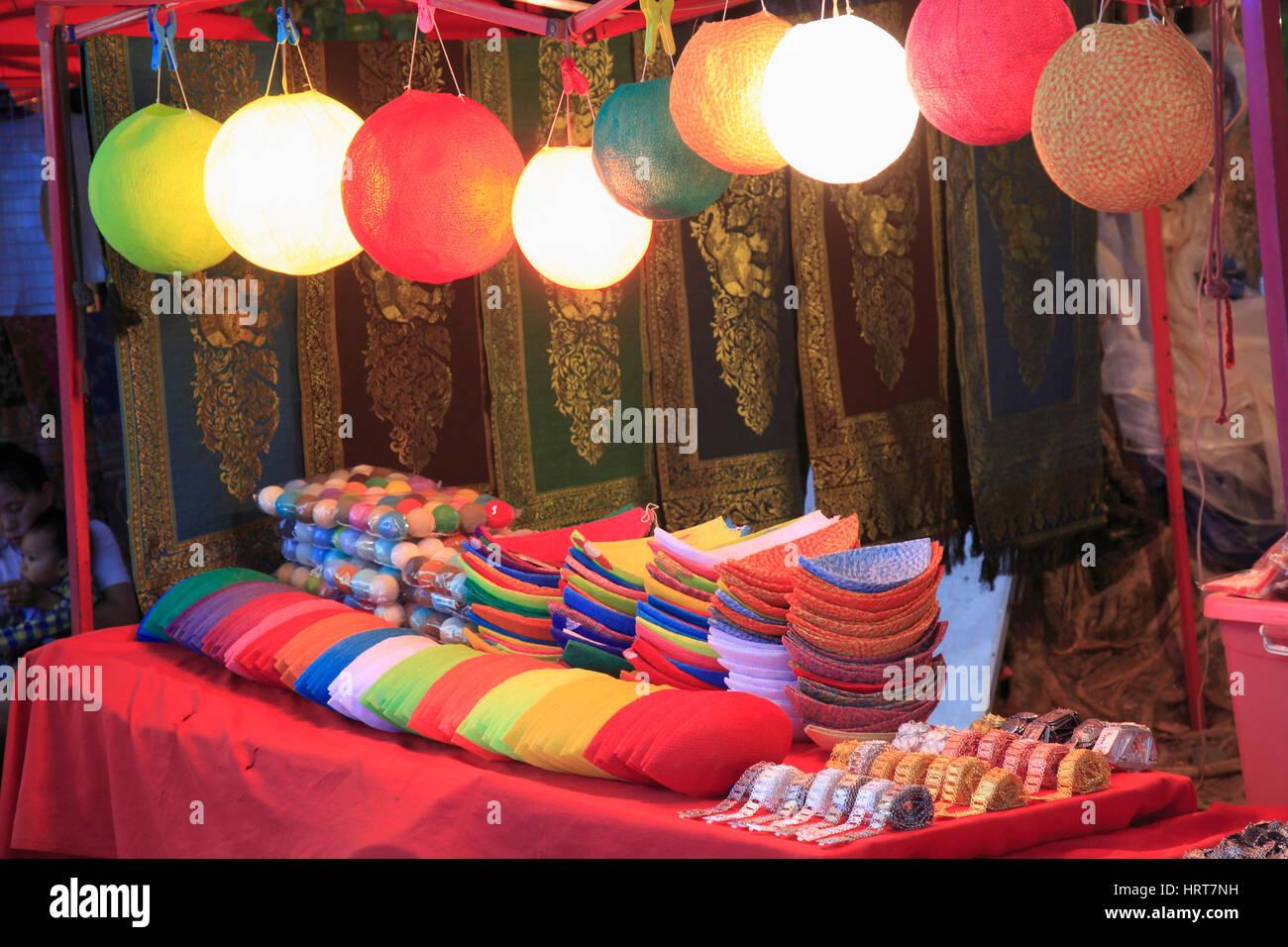 Laos, Vientiane, il mercato notturno, artigianato, di stallo Immagini Stock