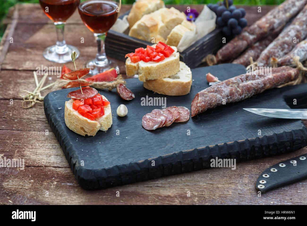 Rendendo pintxos, tapas, spagnolo tartine party finger food Foto Stock