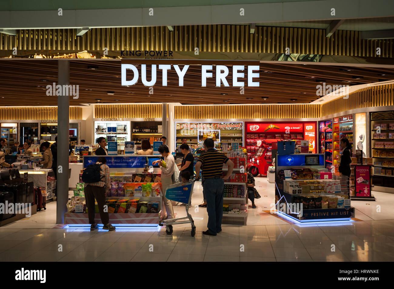 25.01.2017, Bangkok, Thailandia, Asia - un negozio duty free nell'area di transito a Bangkok Suvarnabhumi Airport. Immagini Stock