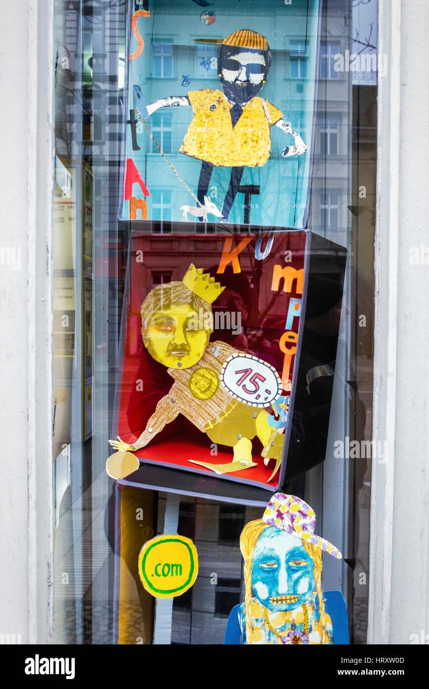Berlino Prenzlauer Berg Shop window display. L'istante Kumpels sono disegnati a mano schermo- stampati documenti Immagini Stock