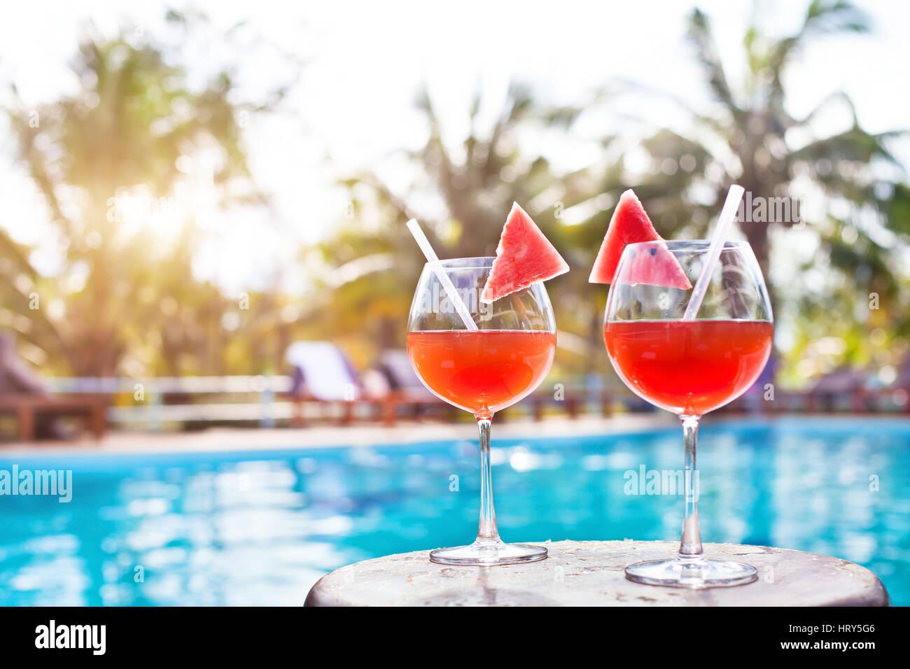 Spiaggia vacanze sfondo con due cocktail vicino alla piscina in hotel di lusso, turismo Immagini Stock