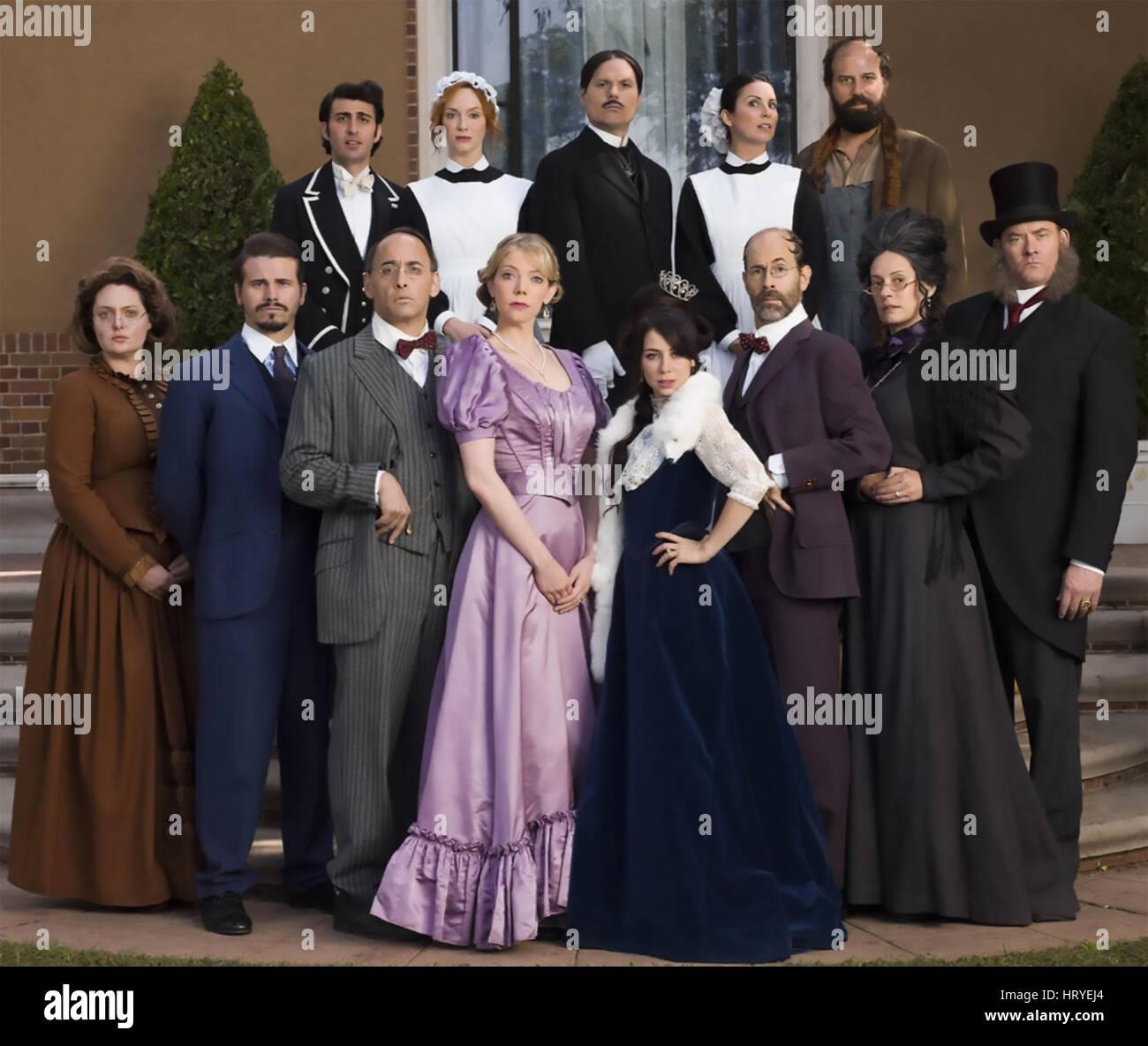 Un altro periodo centrale di commedia serie TV con Riki Lindhome in abito viola accanto a Natasha Leggero Immagini Stock