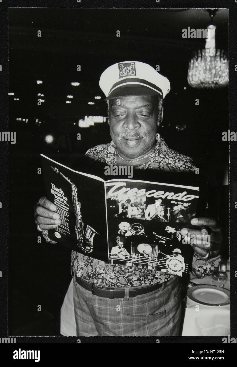 Count Basie leggendo una copia della rivista in crescendo al Grosvenor House Hotel, Londra, 1979. Artista: Denis Immagini Stock