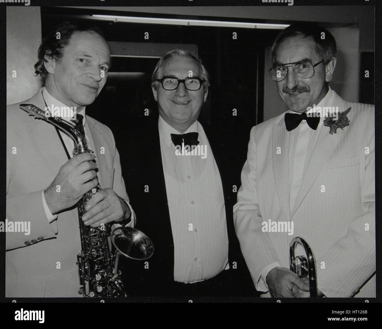 I musicisti John Dankworth e Don Lusher con Dennis Matthews di Crescendo magazine, Londra, 1985. Artista: Denis Immagini Stock