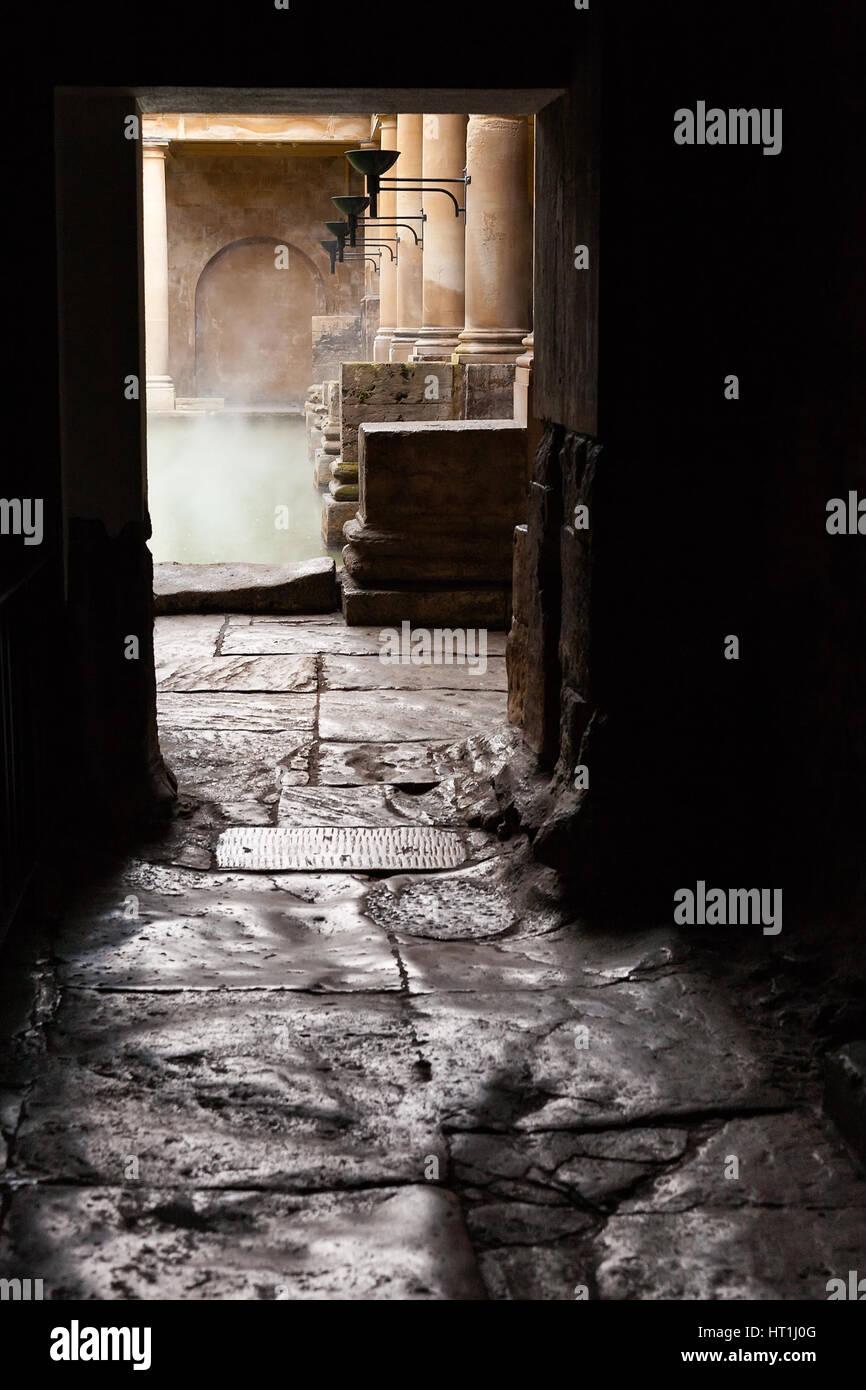 La cottura a vapore acque della grande vasca da bagno vista attraverso la porta della stanza riscaldata presso il Foto Stock