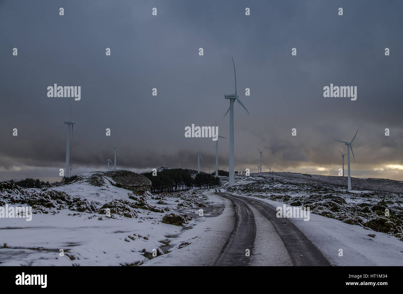 Wind Farm in una Serra do Centro Interinale, Galizia, Spagna del Nord. Immagini Stock