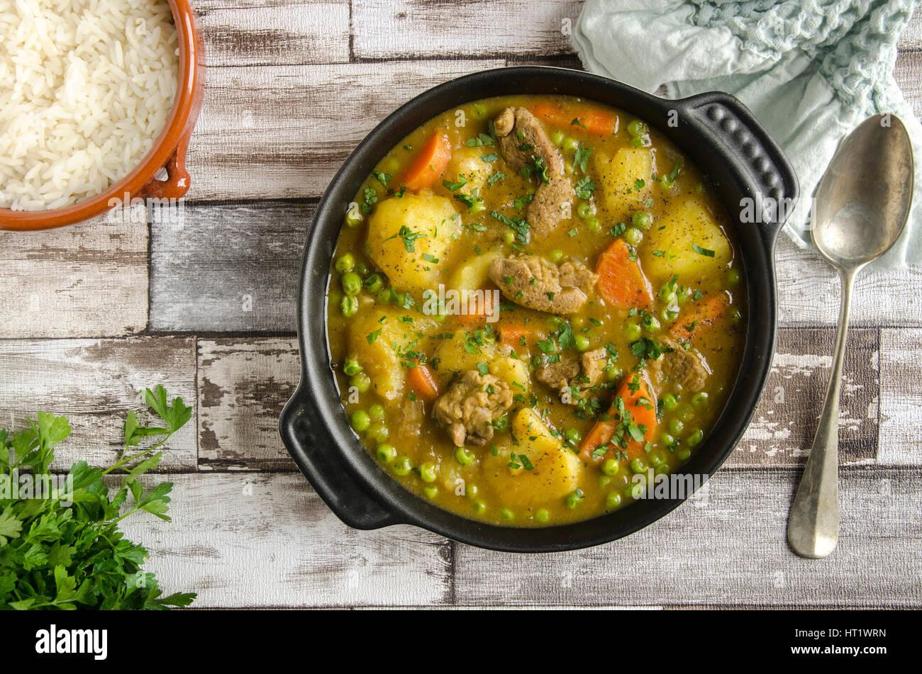 Agnello speziata e stufato di verdure con riso basmati Immagini Stock