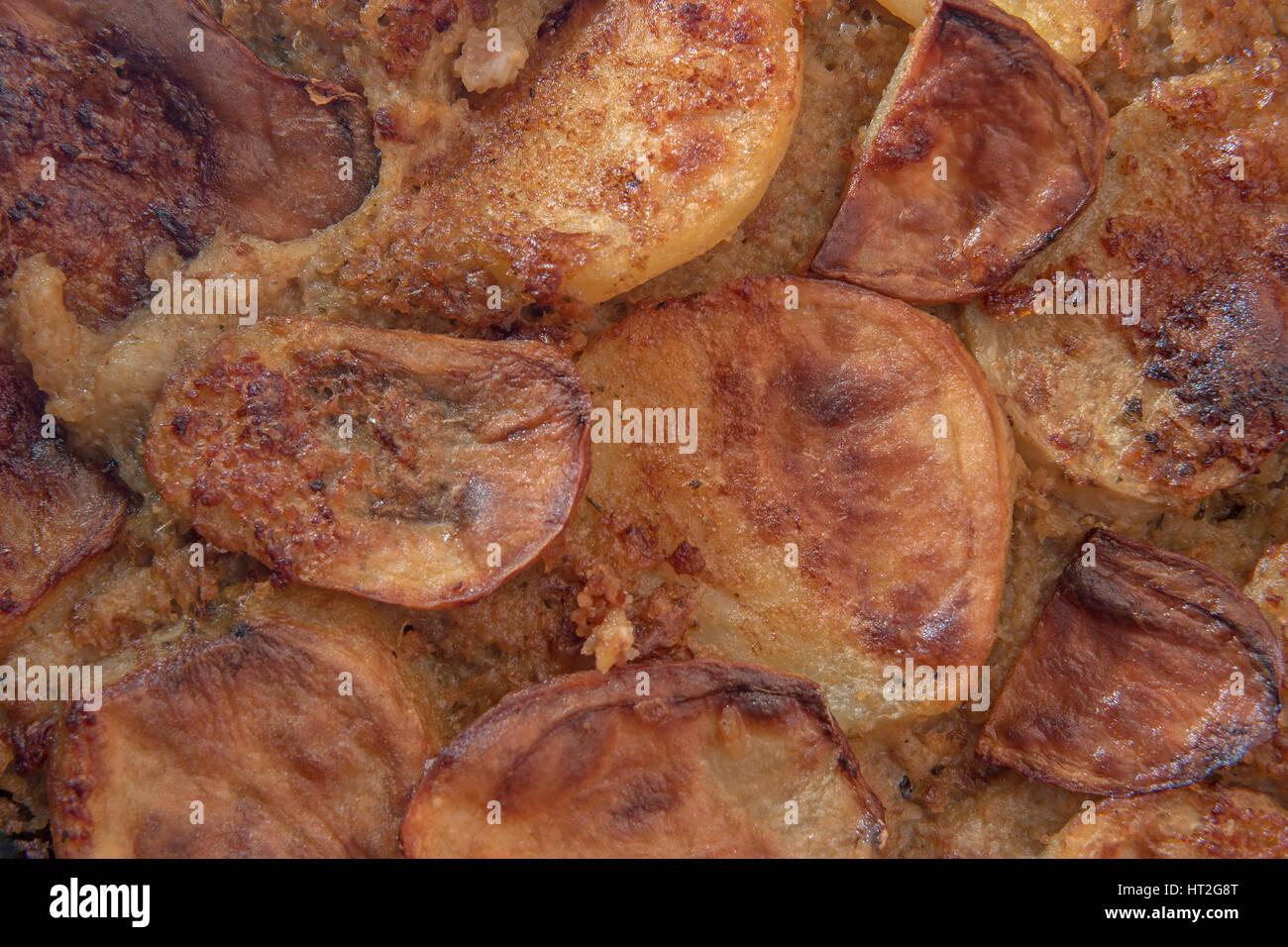 Croccante di patate moussaka serba con carne di maiale tritata e