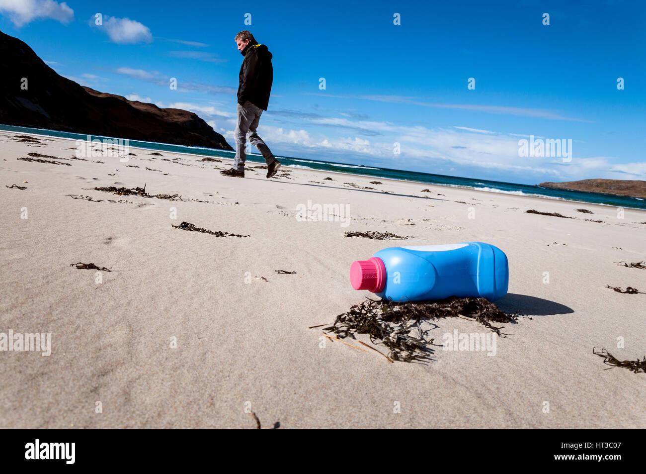 La bottiglia di plastica inquinamento dei rifiuti sulla spiaggia di Marghera, Ardara, County Donegal, Irlanda Immagini Stock