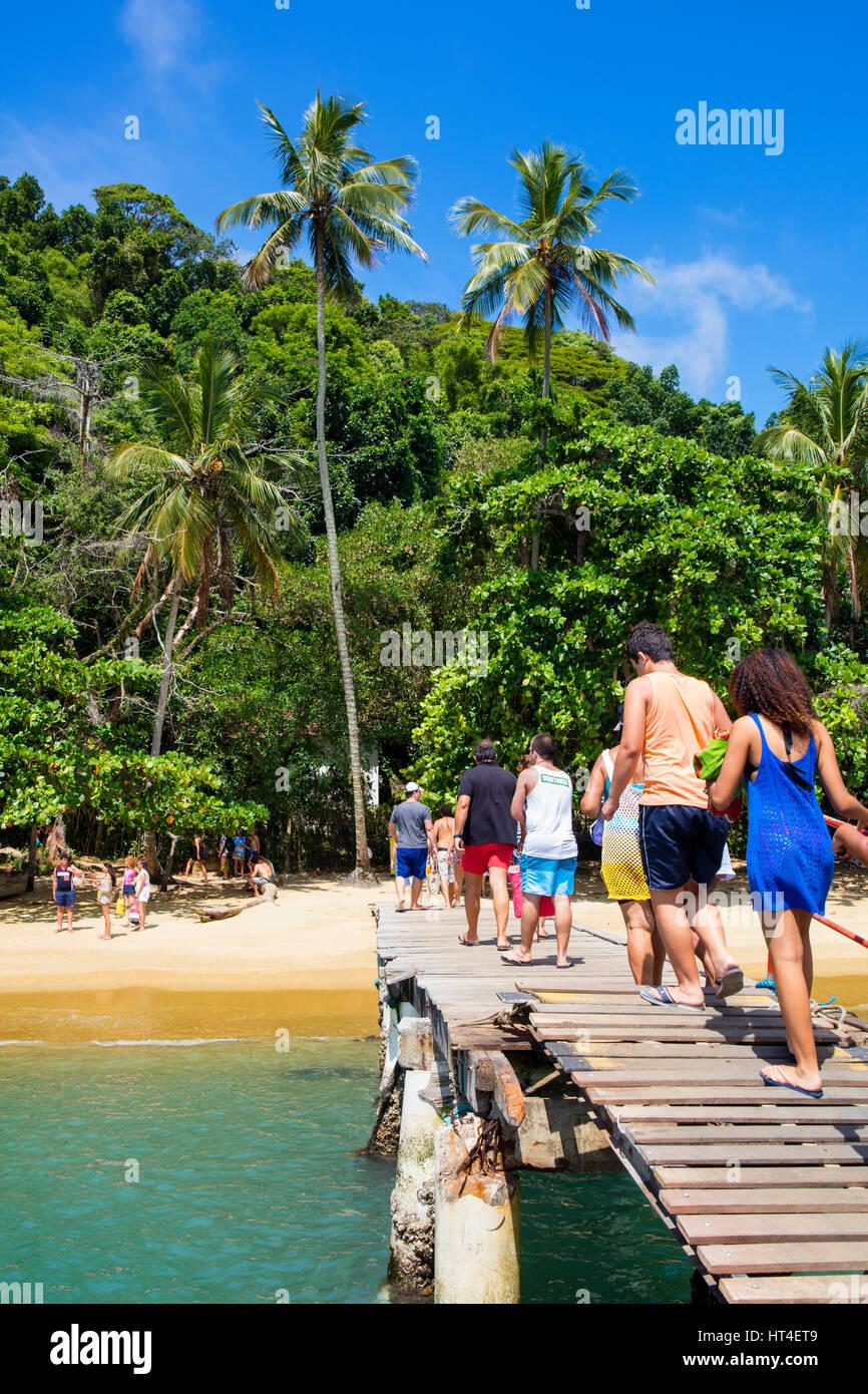 I turisti sbarcati sulla spiaggia. Ilha Grande, RJ, Brasile. Immagini Stock