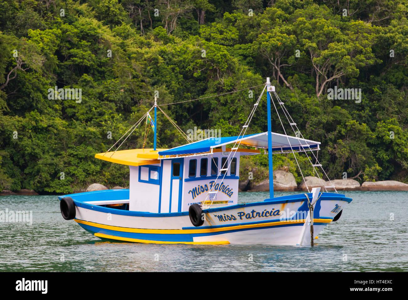 Un colorato la barca di legno. Ilha Grande, RJ, Brasile. Immagini Stock
