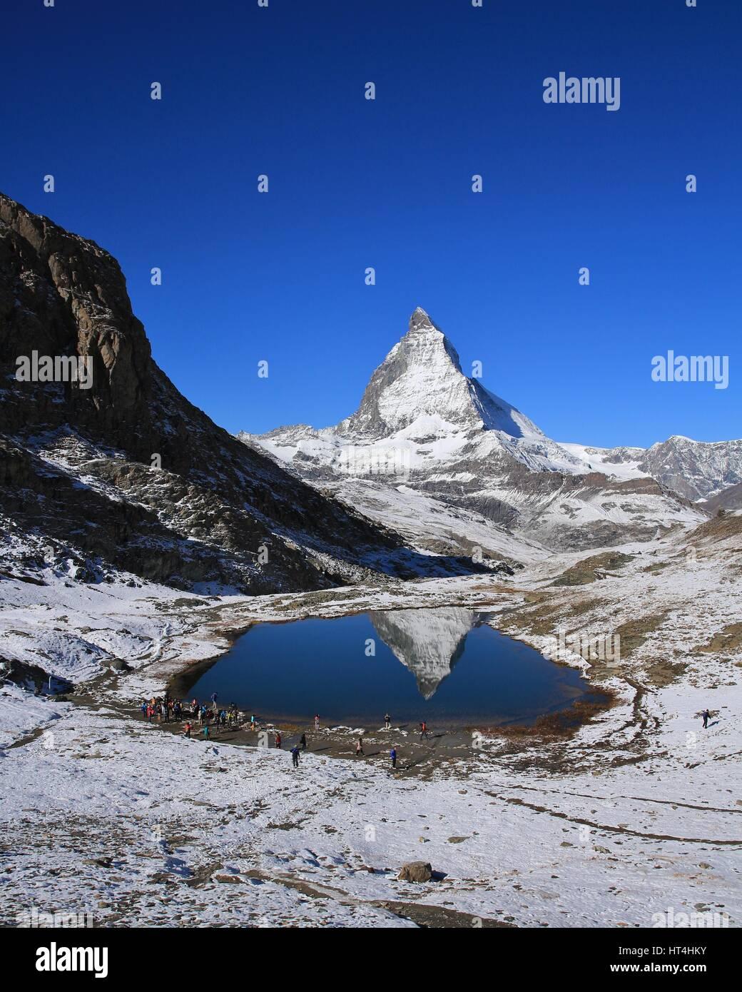 Il mirroring del Cervino nel lago Riffelsee. Giorni di autunno nelle Alpi Svizzere. Immagini Stock