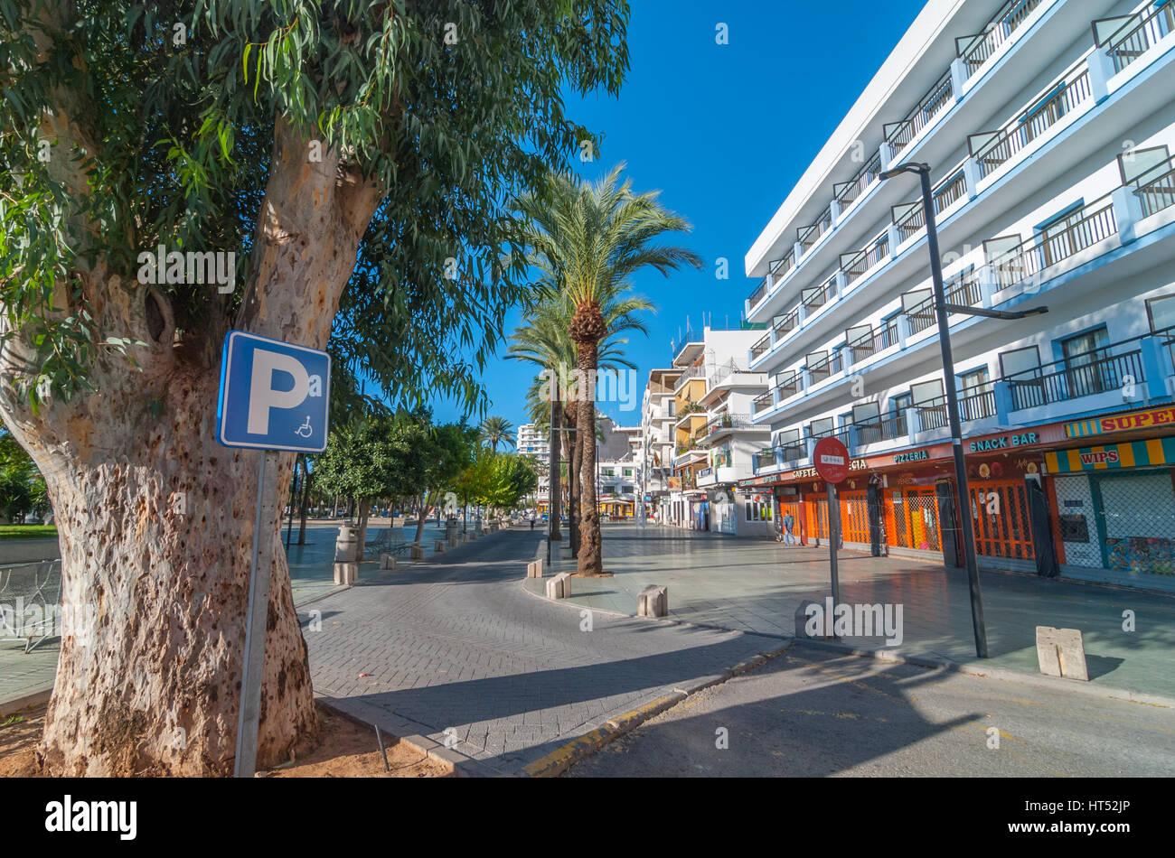 Sant Antoni de Portmany, Ibiza, Novembre 6th, 2013. Disponibile parcheggio per disabili su sedia a rotelle e vincolata Immagini Stock