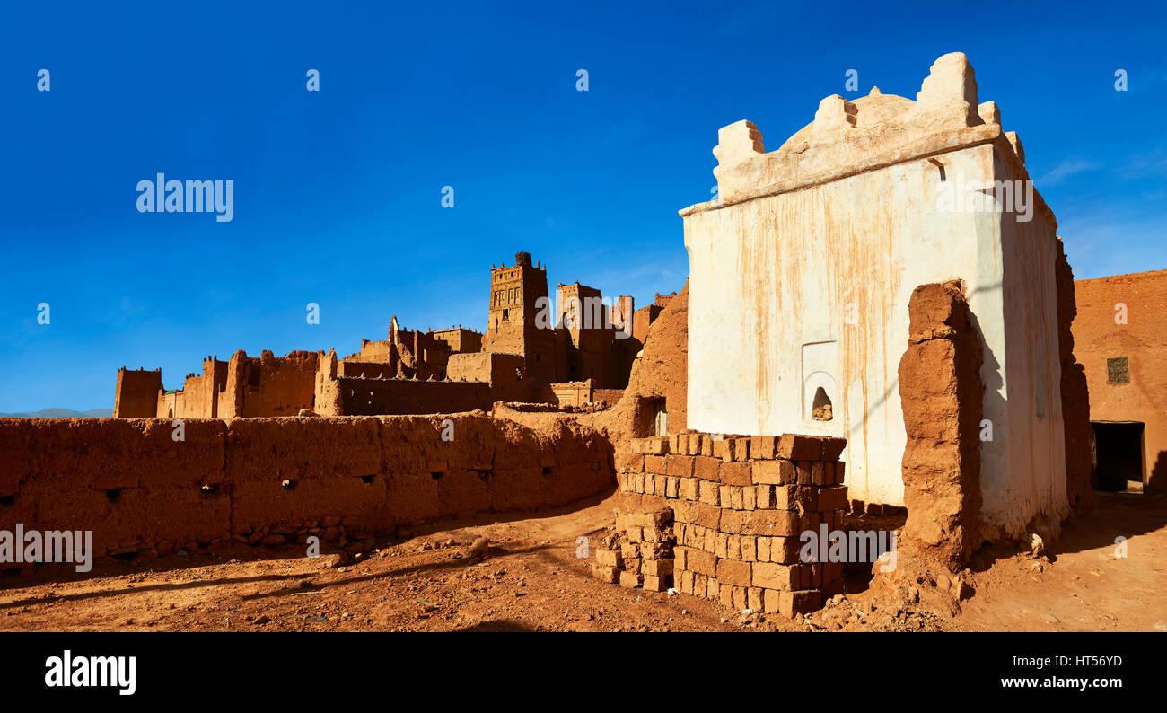 Profitti santuario in lui Glaoui Kasbah di Tamedaght nella valle Ounilla circondato dalla hammada (stoney) deserto Immagini Stock