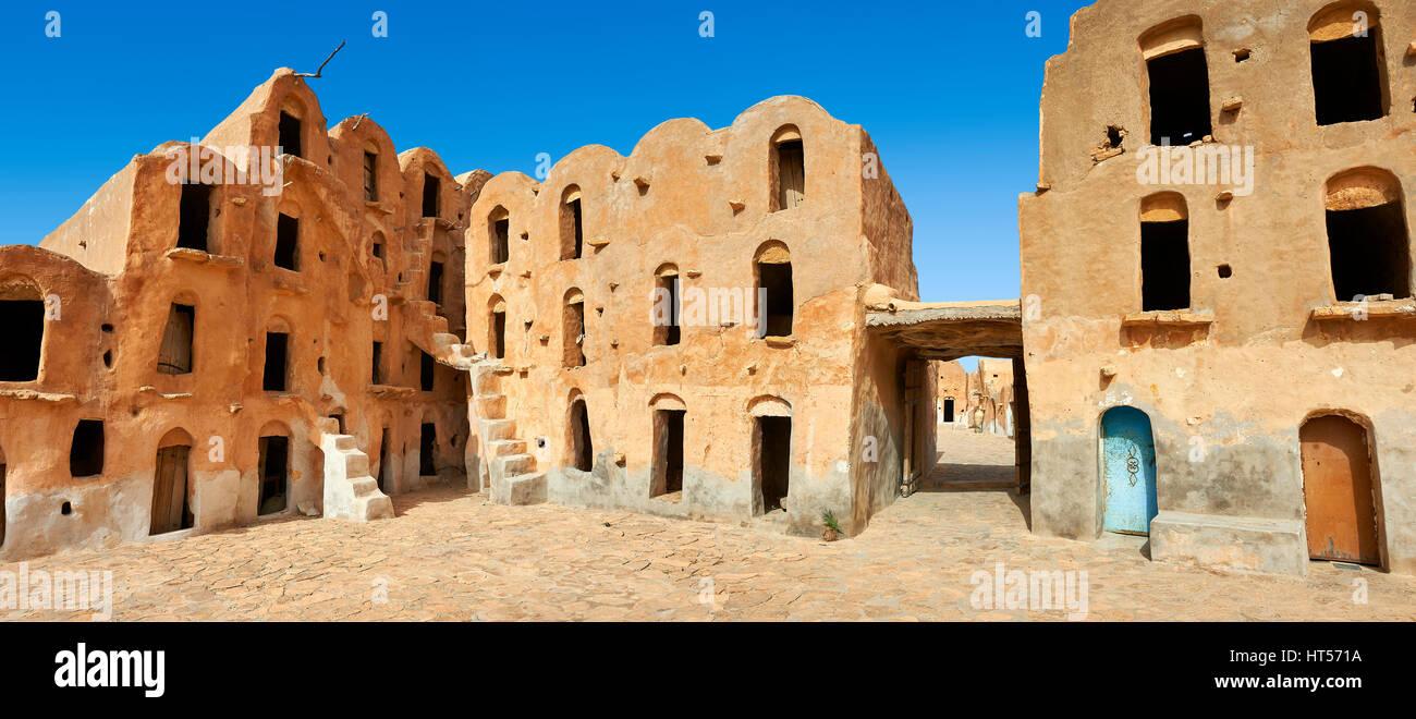 Ksar Ouled Soltane, un tradizionale berbera del Sahara e arabi di adobe fortificata granaio voltati cantine, Tunisia Immagini Stock