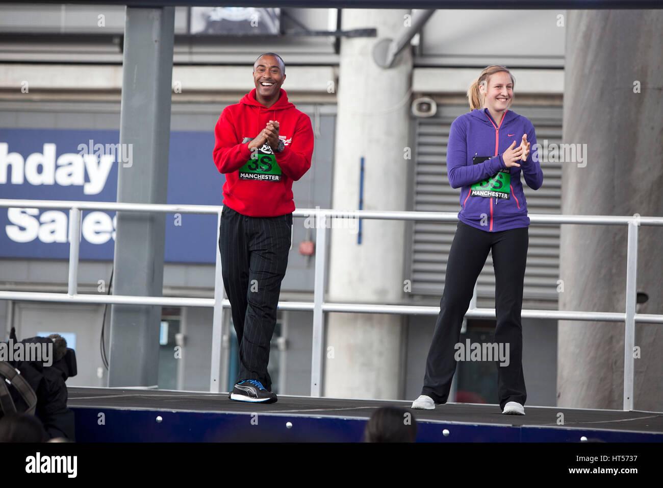 Colin Jackson e atleta olimpico Holly Bleasedale (ora Holly Bradshaw) avviare il Tesco grande scuola correre a Sportcity Immagini Stock
