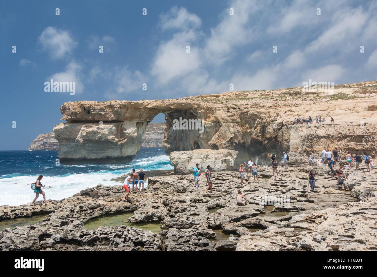 La finestra Azzurra con le onde del mare di giorno di Gozo, Malta Immagini Stock