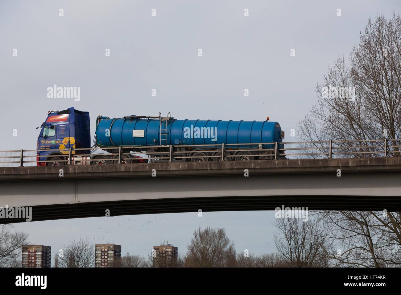 Stubwoods gestione dei rifiuti tanker sulla strada nelle Midlands Immagini Stock
