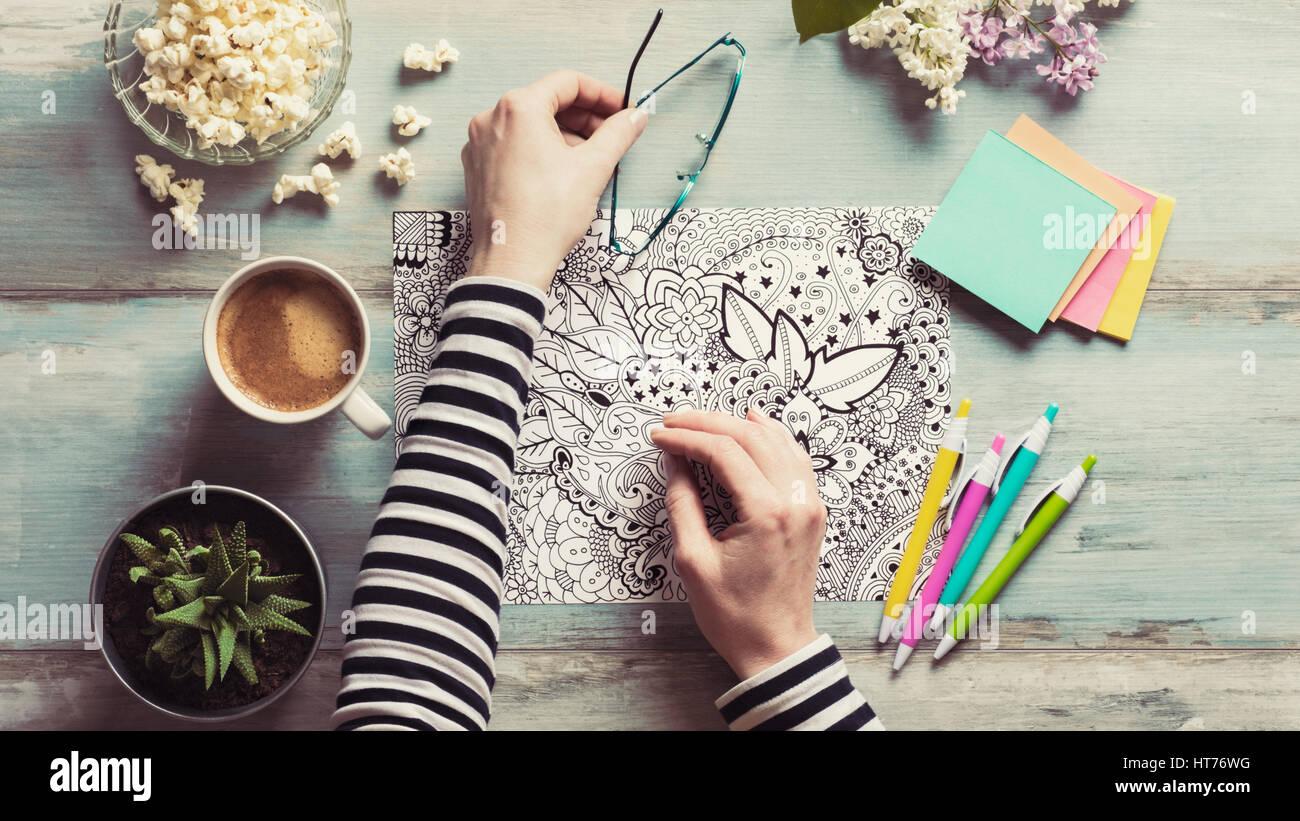 Piatto, laici femmina adulta di colorazione libri da colorare, nuova distensione trend Immagini Stock