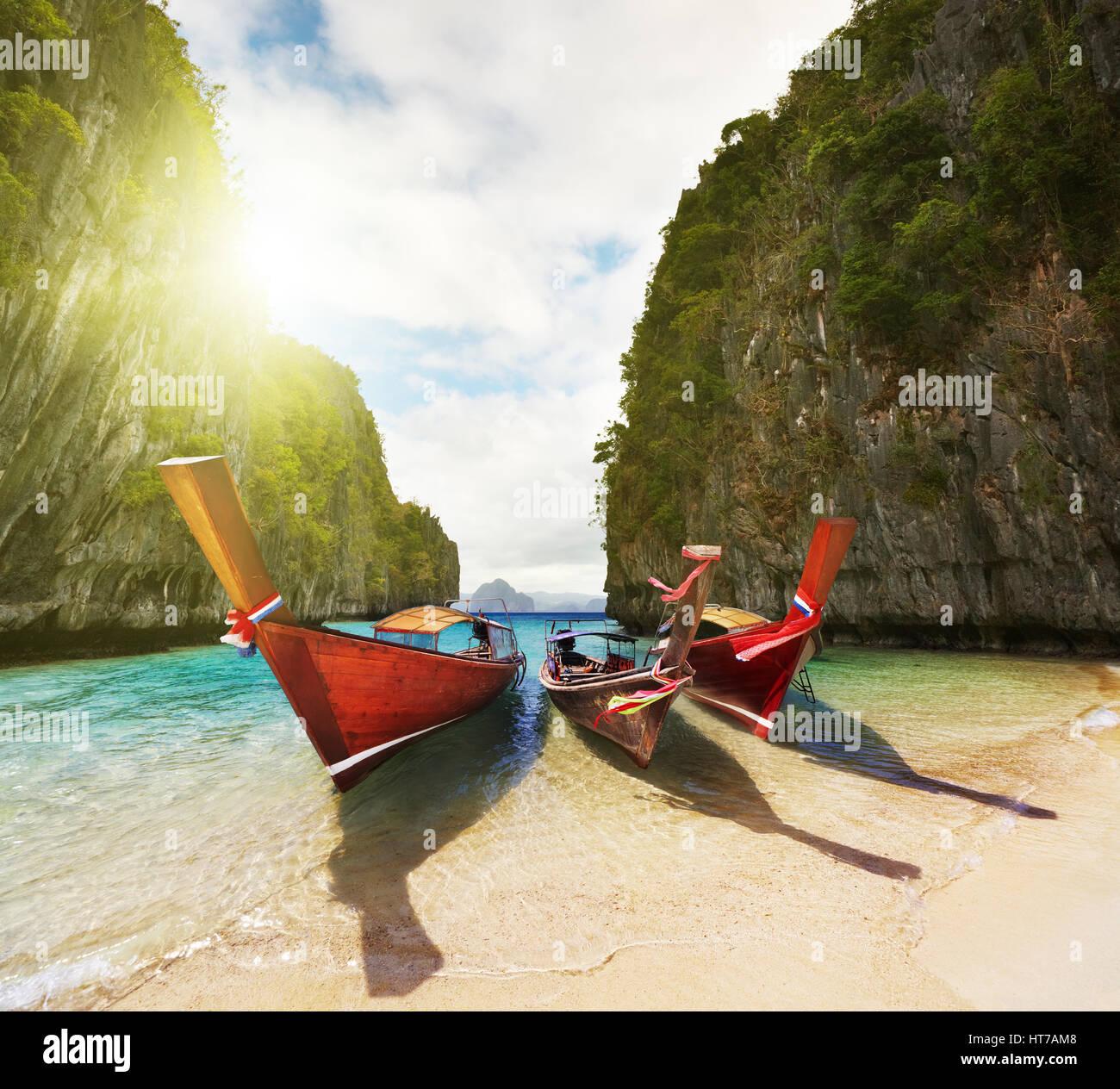 Barche sulla spiaggia all'interno piccola laguna Foto Stock