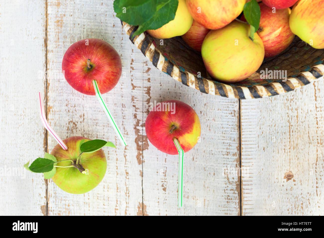 Mele biologiche nel cestello, su bianco vintage sfondo di legno, uno stile di vita sano concetto Immagini Stock