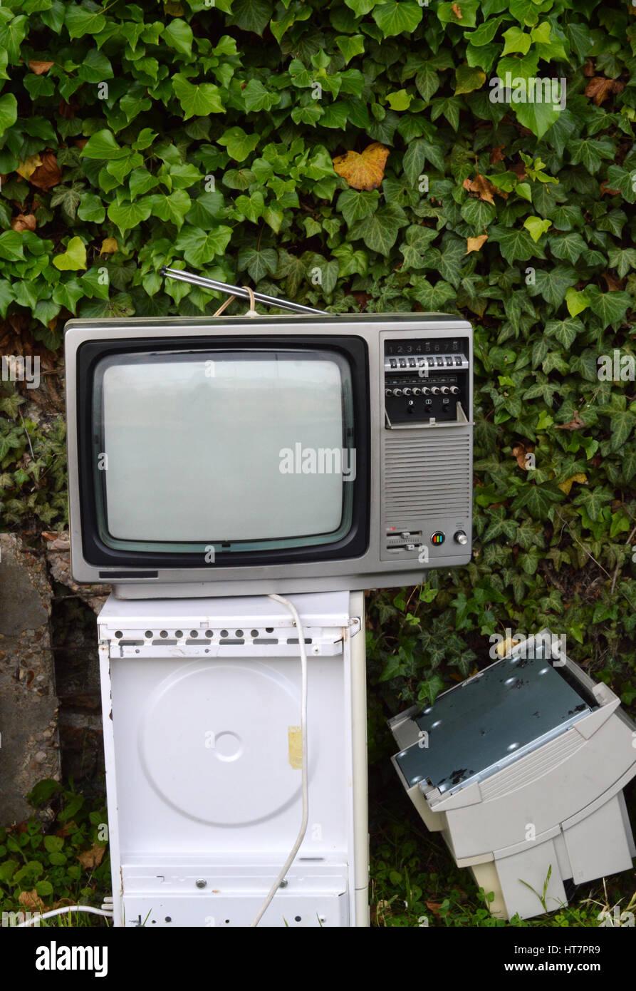 Rifiuti elettronici con TV vintage. Immagini Stock