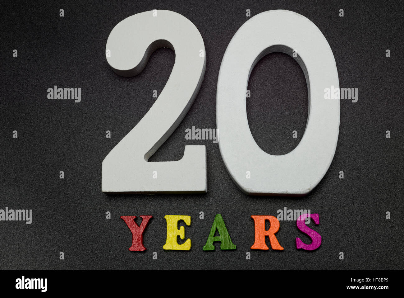 Venti anni di grandi numeri bianchi su sfondo nero. Immagini Stock