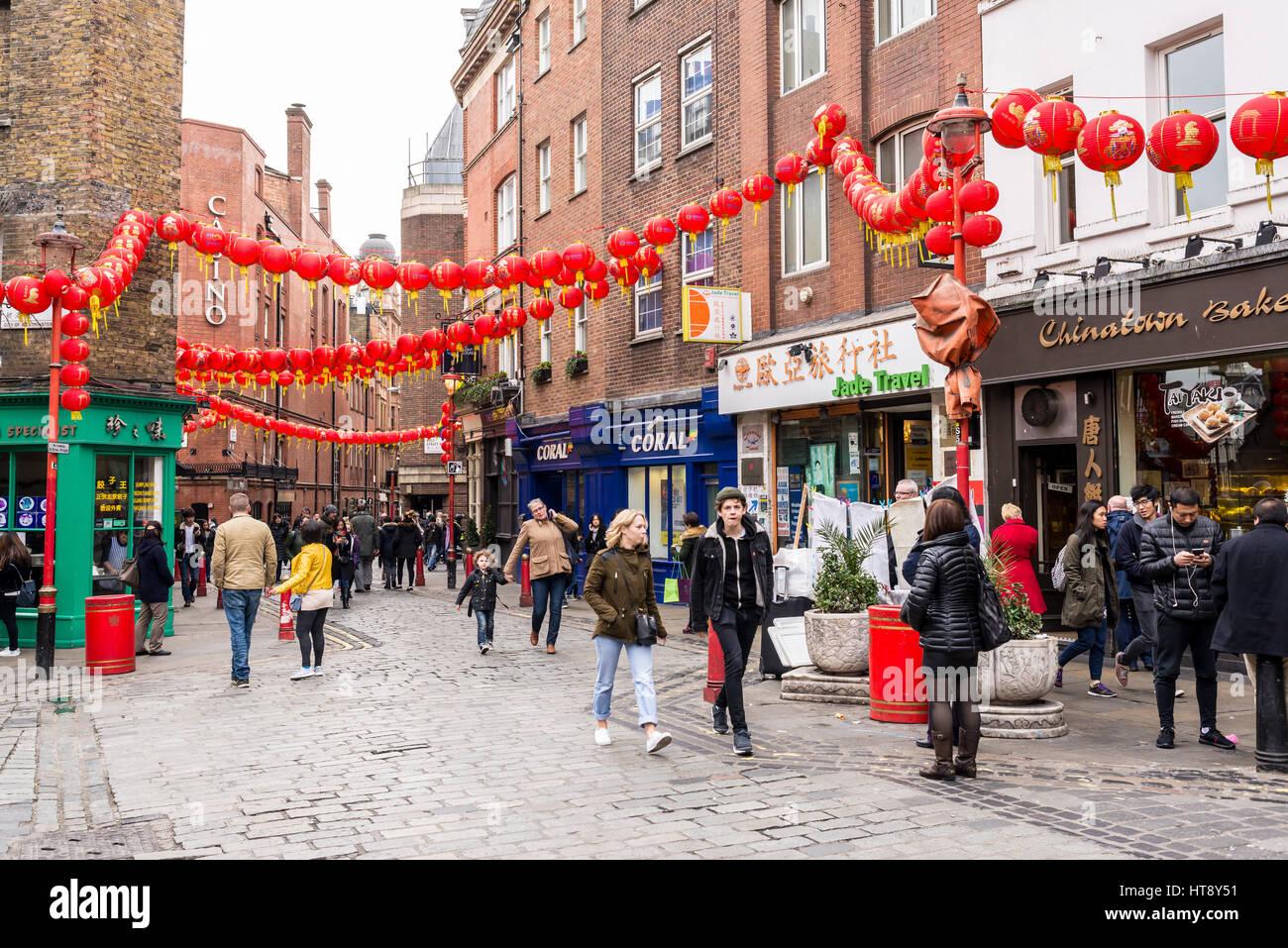 Decorazioni Con Lanterne Cinesi : Persone che camminano in newport luogo decorato con le lanterne