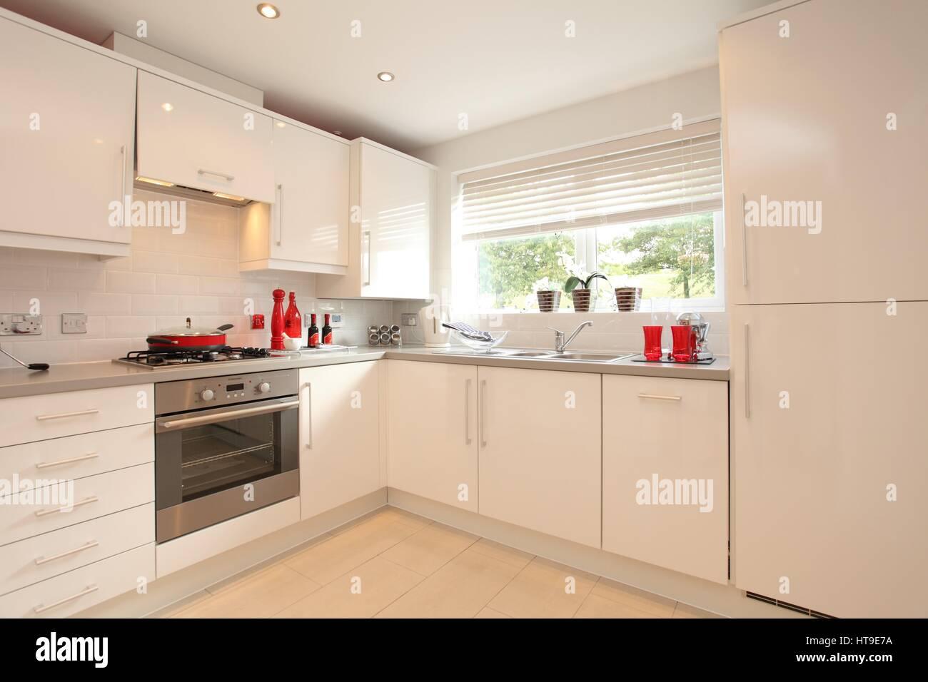 Home interni. cucina, casa moderna, nuova build,unità bianco, rosso ...