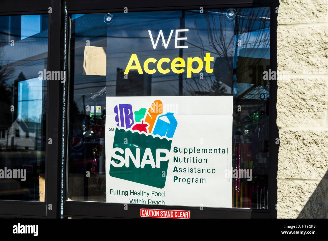 Muncie - Circa nel marzo 2017: un segno presso un rivenditore - Accettiamo SNAP II Immagini Stock