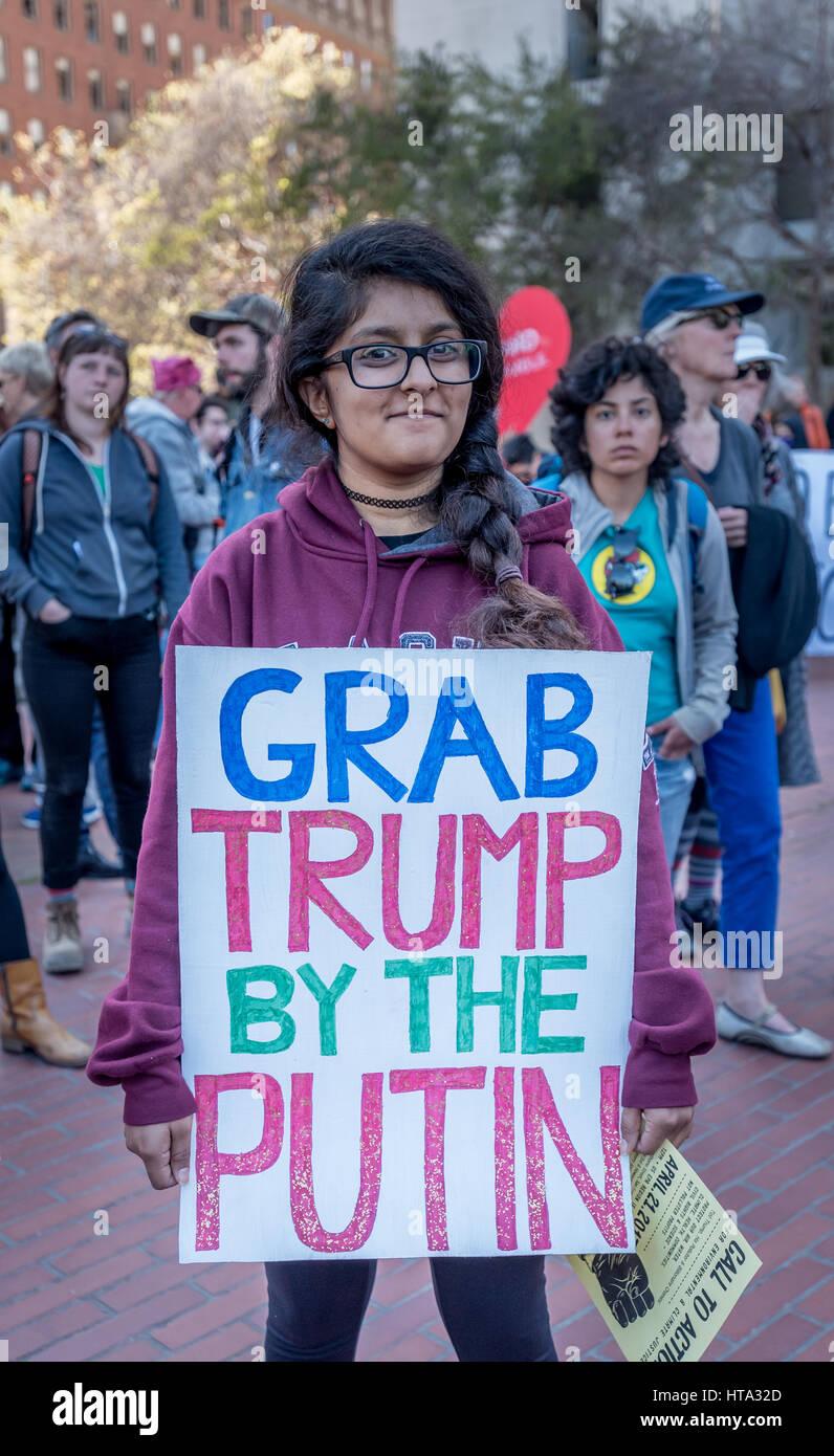 """San Francisco, Stati Uniti d'America. 8 Mar, 2017. """"Grab Trump da Putin"""", recita il segno detenute Immagini Stock"""