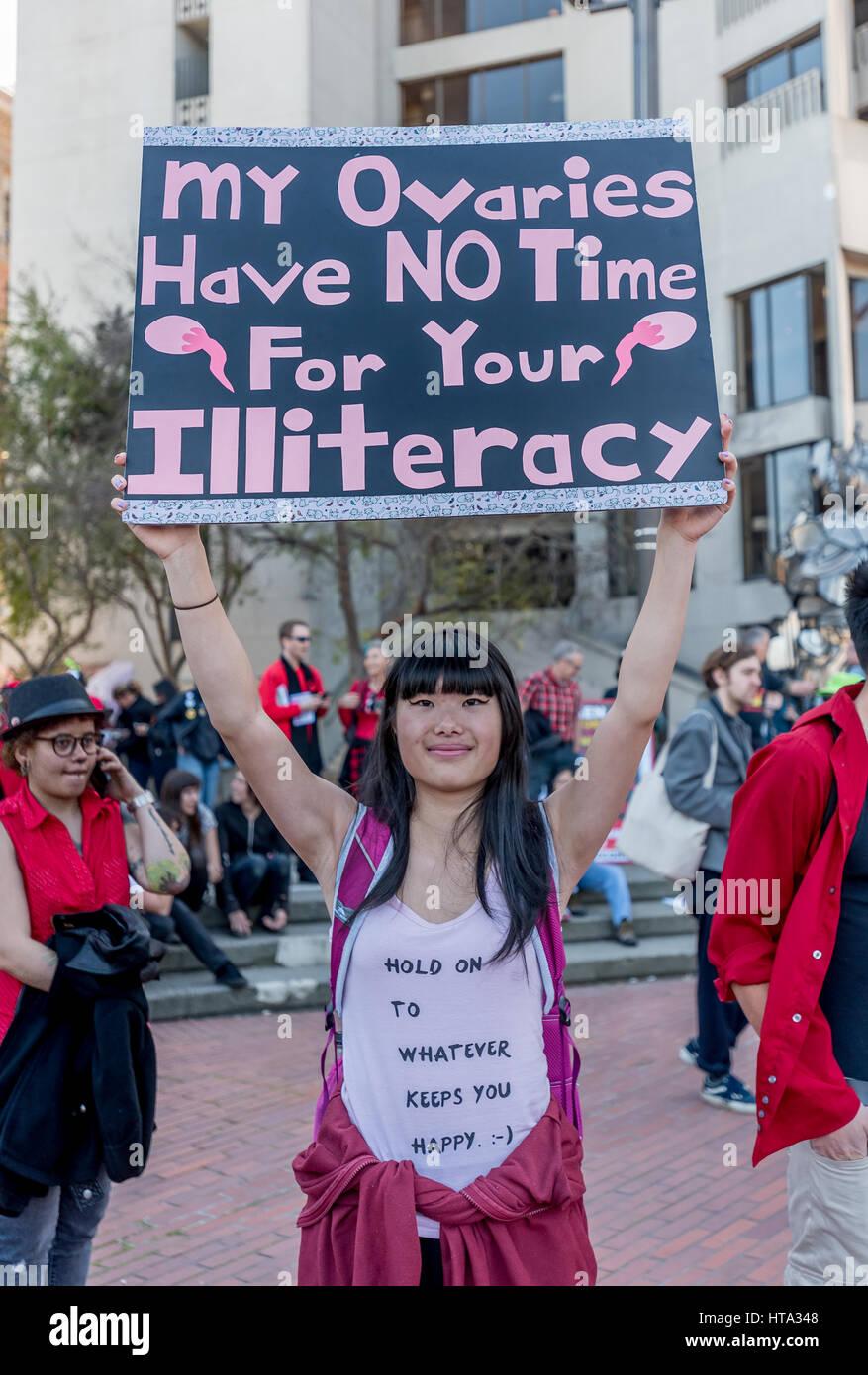 San Francisco, Stati Uniti d'America. 8 Mar, 2017. Una donna che tiene un segno di protesta di lettura, 'My Immagini Stock