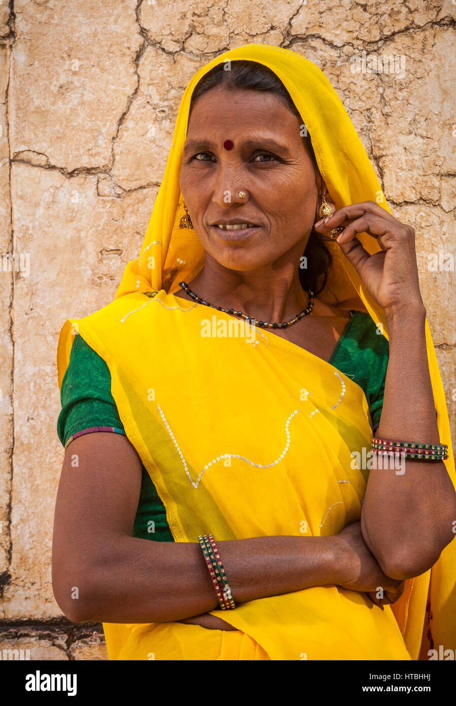 Una donna indiana in posa per fotografie in Amer Palace, Amer, Rajasthan, India. Immagini Stock