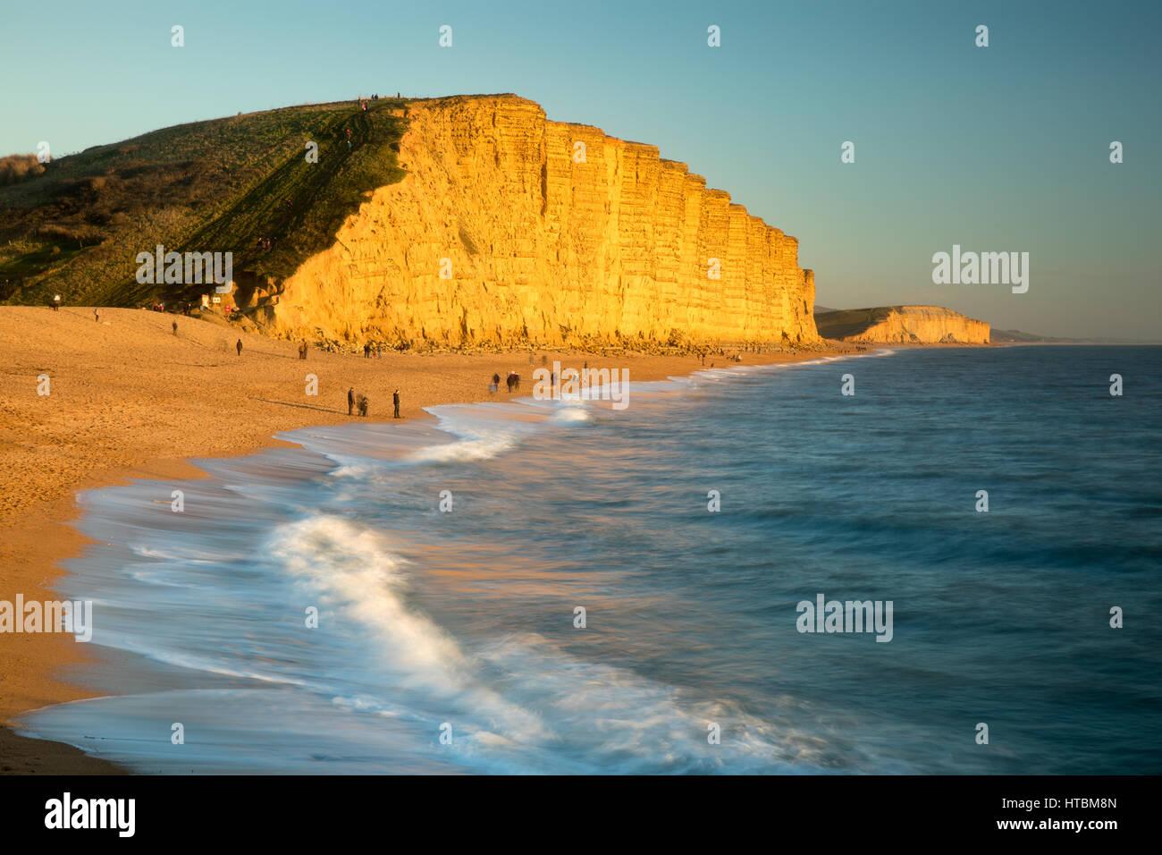 La spiaggia sottostante East Cliff, West Bay, Jurassic Coast, Dorset, England, Regno Unito Immagini Stock