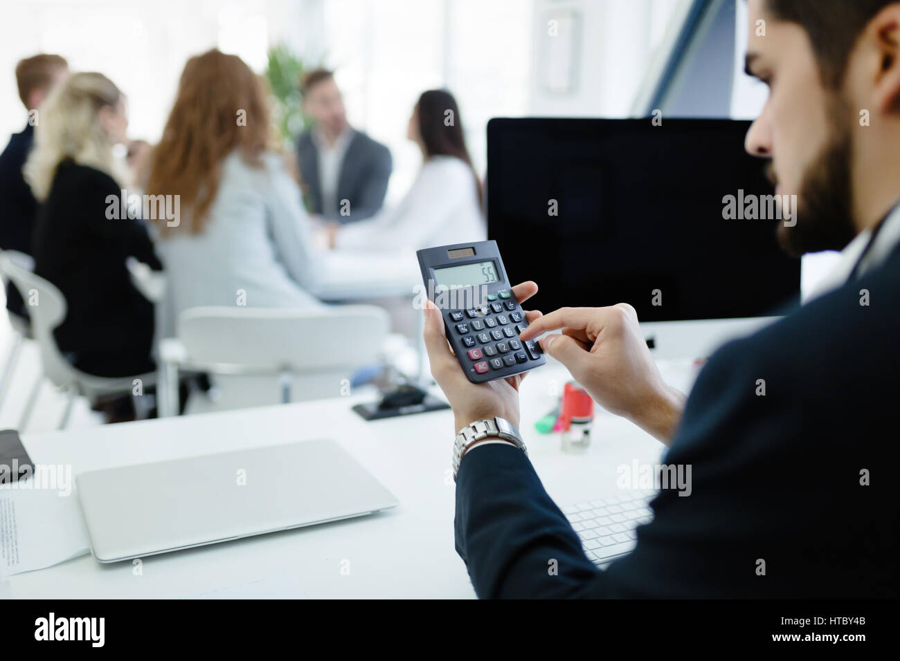 Il controllo contabile statistiche di profitto aziendale sulla calcolatrice Immagini Stock